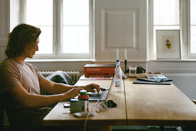 Cómo organizarte el teletrabajo para ser más productivo - Portátil